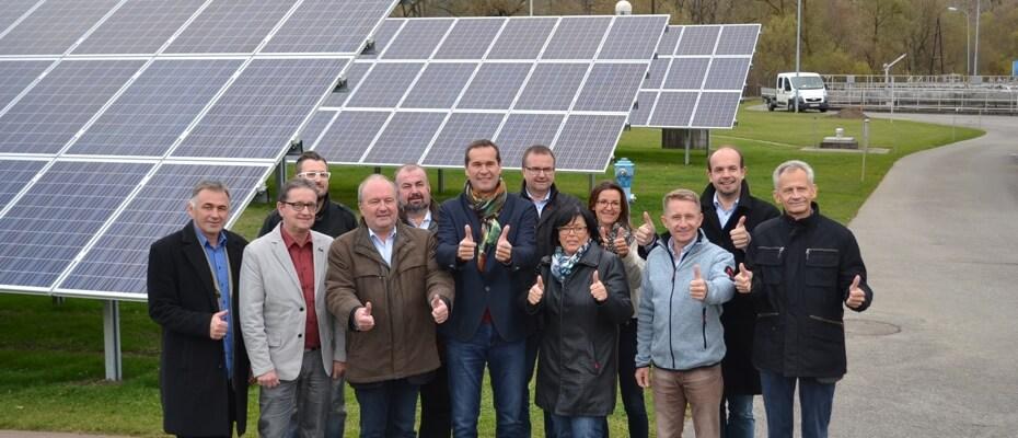 Team vor Photovoltaikanlage