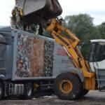 Müllabladung mit LKW und Bagger
